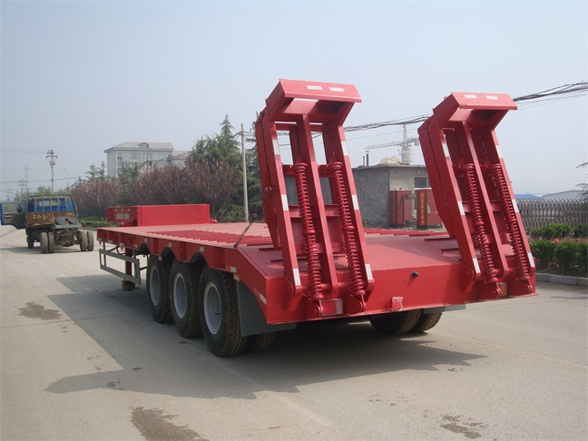 Red Three Axle Low Bed Trailer Truck Using For Transporting Machinery